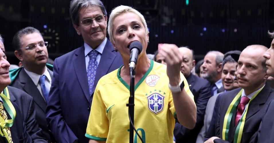 17.abr.2016 - Filha de Roberto Jefferson, uma das maiores figuras do mensalão, a deputada Cristiane Brasil (PTB-RJ) citou o pai ao justificar o voto favorável ao impeachment da presidente Dilma Rousseff