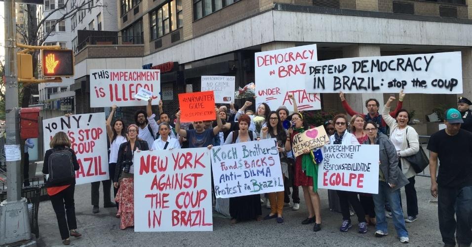 22.abr.2016 - Grupo contra o impeachment de Dilma Rousseff faz protesto na sede da ONU (Organização das Nações Unidas), em Nova York, antes de discurso da presidente na assinatura do Acordo de Paris contra as alterações climáticas