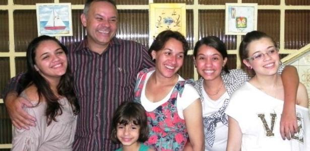 José Neto Pinheiro com a mulher e as filhas na casa onde mora em São Mateus, no extremo leste de São Paulo