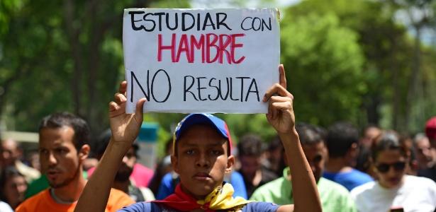 """26.mai.2016 - Venezuelano protesta contra Nicolás Maduro com cartaz: """"estudar com fome não dá resultado"""""""