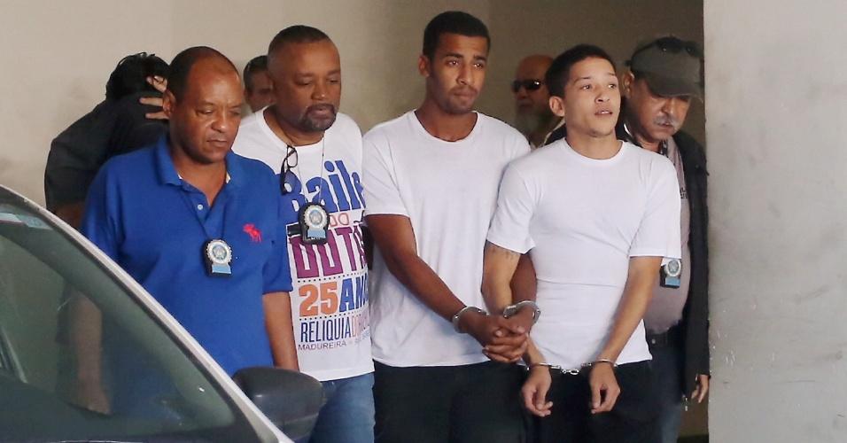 2.jun.2016 - Lucas Perdomo (à dir. de branco) e Raí de Souza (ao lado) são transferidos da Cidade da Polícia, na zona norte do Rio, para o Complexo Penitenciário de Gericinó, em Bangu. Eles são suspeitos de participar do estupro coletivo de uma menina de 16 anos na semana passada