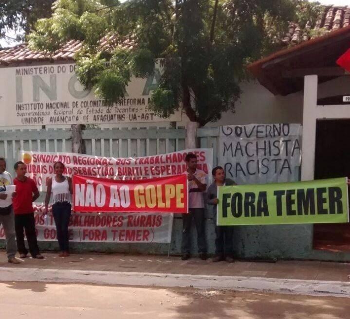 10.jun.2016 - Pessoas ligadas ao Movimento dos Trabalhadores Sem Terra protestam contra o governo interino de Michel Temer (PMDB) em frente à sede do Incra em Araguatins (TO)
