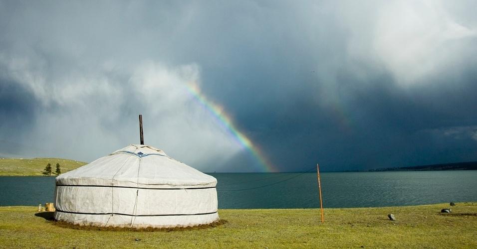 22.jun.2016 - Um arco-íris marca a passagem de uma tempestade pelo lago Khoton, na Mongólia. Yurts como este servem de casas portáteis para os povos nômades