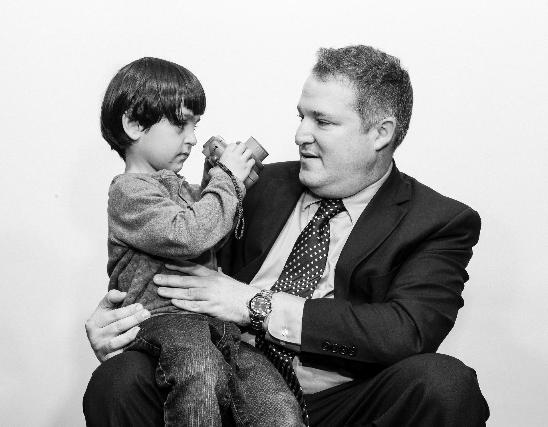 21.mai.2016 - Ahmad Mohammad, um dos filhos de Abdullah e Eman Mohammad, que fugiram da Síria, com Mark Blumberg, em Toronto