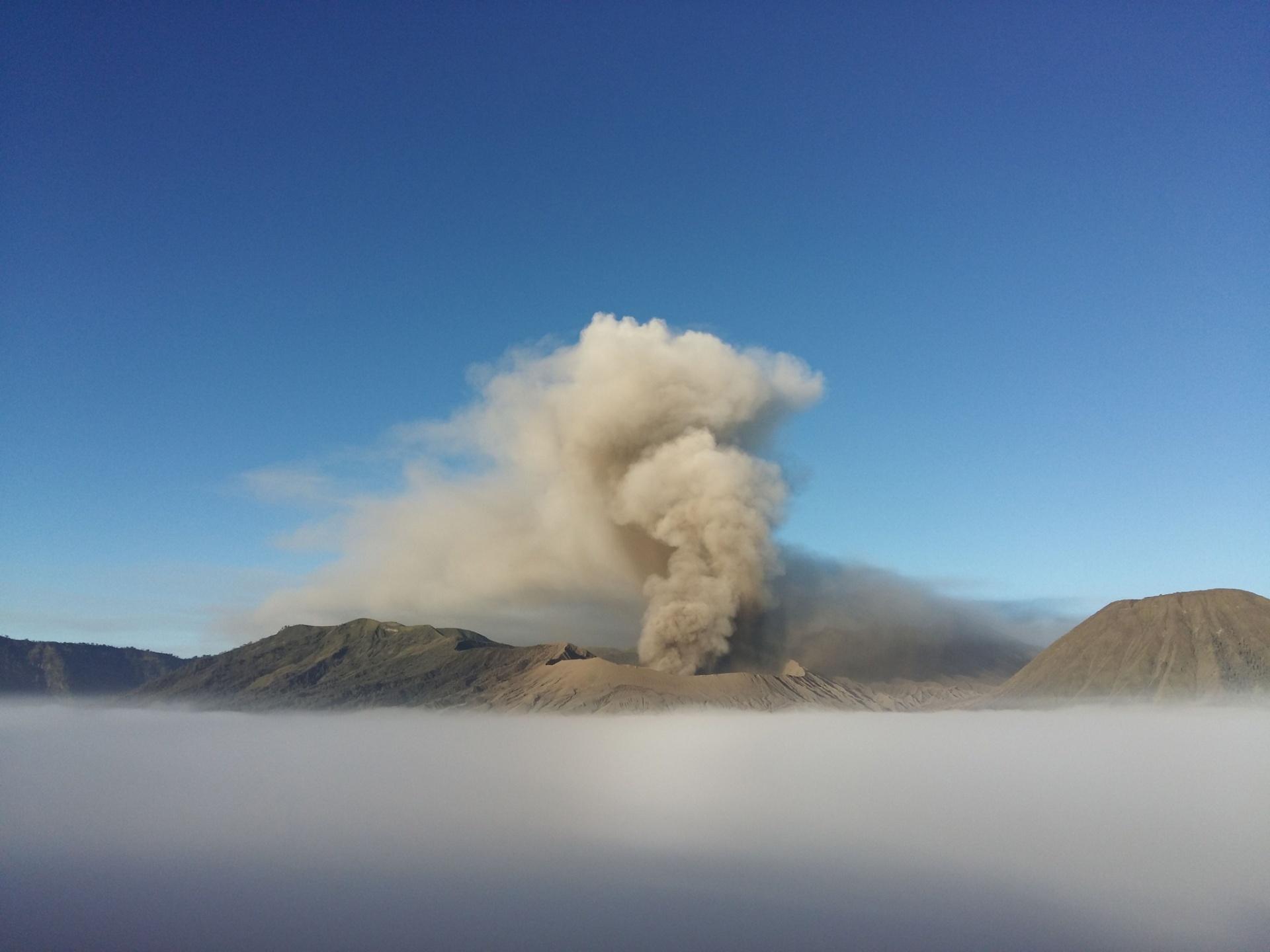 14.jul.2016 - O vulcão Monte Bromo, em Probolinggo, na Indonésia, expele cinzas no ar durante uma erupção vulcânica. O Monte Bromo está em uma região do país asiático que contém vários vulcões