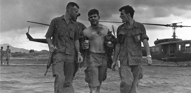 Foto de 1970 mostra o sargento Gary Rose, no centro, durante missão secreta no Laos