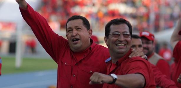 Em imagem de 2008, Hugo Chávez (dir.) e seu irmão Adán Chávez, então candidato ao governo de Barinas