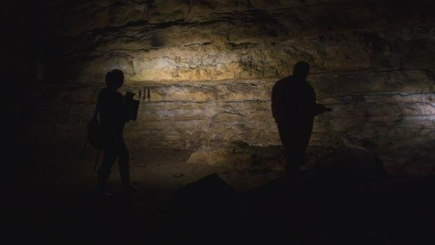 28.nov.2016 - Acompanhada do marido fotógrafo, Genevieve von Petzinger explora a caverna de Cudon, na região espanhola da Cantábria