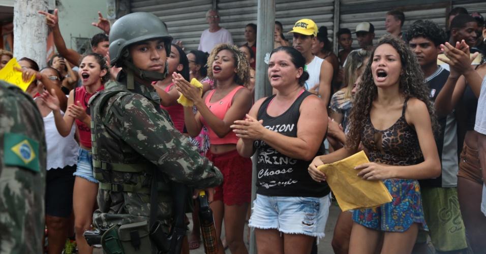 7.fev.2017 - Enquanto as famílias dos PMs seguiam acampadas em frente ao quartel bloqueando as saídas, um grupo de moradores de favelas vizinhas passou a se reunir do outro lado da rua, protestando contra a ocupação dos parentes dos policiais