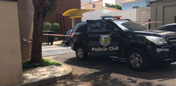 Carro da polícia em loja do McDonald's