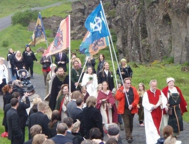 Para representante mais conhecido do grupo, cerimônias coloridas atraem seguidores