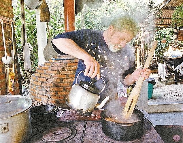 Em foto de 2001, Lula cozinha no sítio ''Los Fubangos'', às margens da represa Billings, em São Paulo