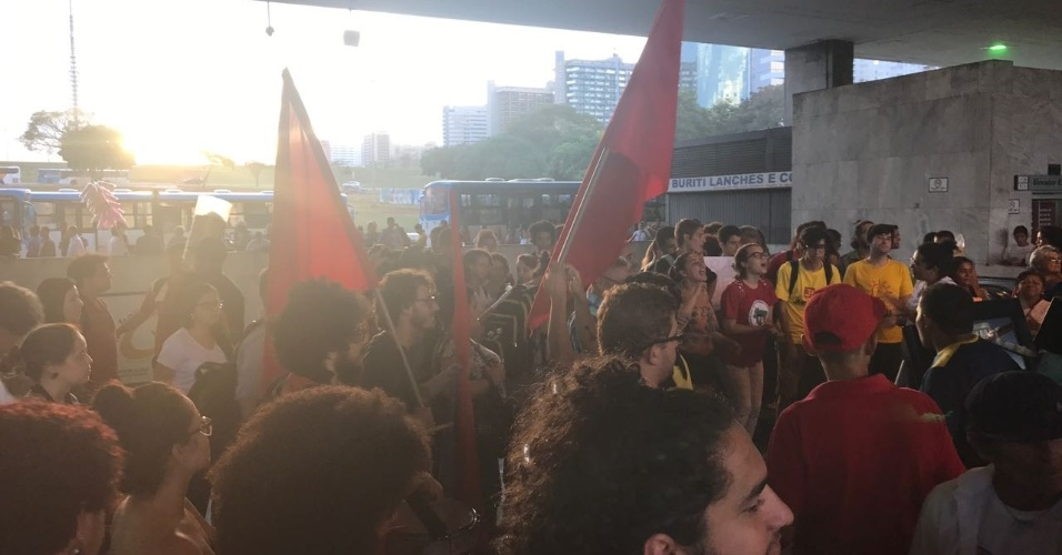 """18.mai.2017 - Os manifestantes gritam palavras de ordem como: """"Temer ladrão, eu quero eleição"""""""