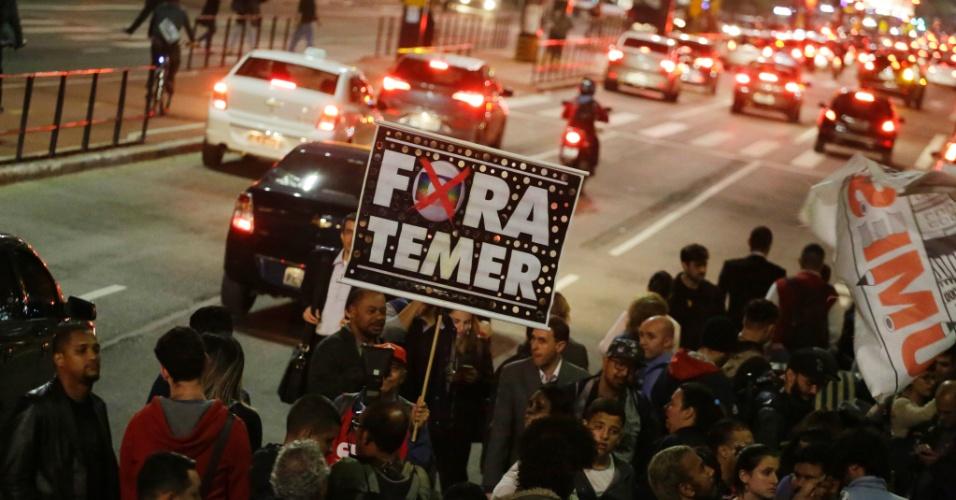 Manifestantes pedem a renúncia do presidente Michel Temer (PMDB) e eleições diretas durante ato em frente ao Museu de Arte de São Paulo (MASP), na Avenida Paulista