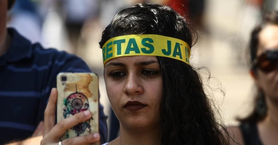 4.jun.2017 - Manifestantes usam faixas na cabeça pedindo pelas Diretas Já em protesto contra o governo Temer no Largo da Bata, em São Paulo, neste domingo