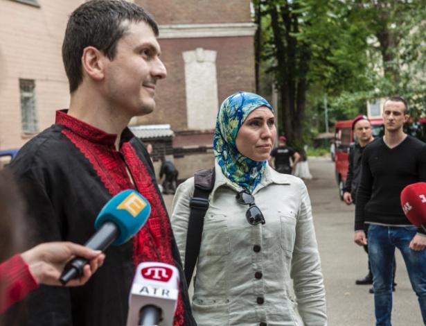 Amina Okuyeva e seu marido Adam Osmayev do lado de fora do hospital, onde Adam ficou após ser atingido em uma tentativa de assassinato, em Kiev