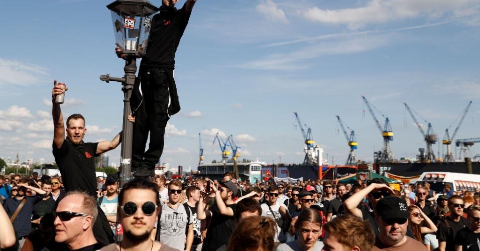 Pessoas se reúnem durante a manifestação 'Welcome do Hell' contra o G20, no nordeste da Alemanha
