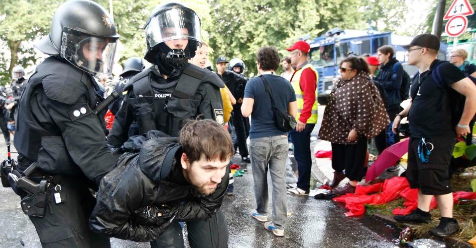7.jul.2017 - Homem é detido pela polícia alemã neste primeiro dia de reunião do G20