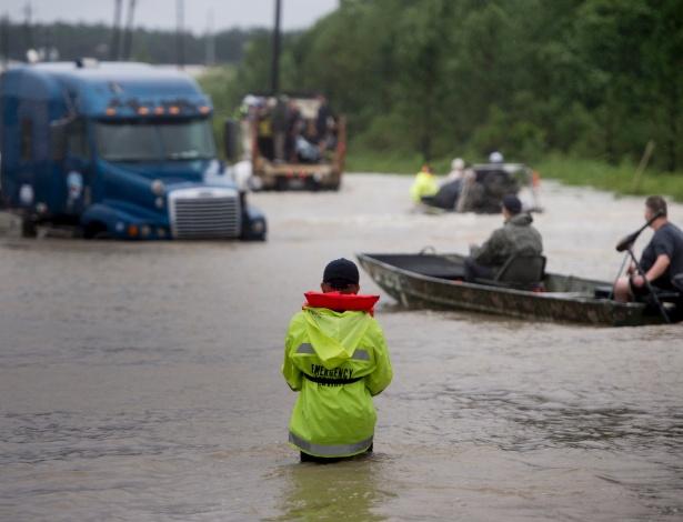 29.ago.2017 - Pessoas improvisam para trafegar em rua inundada em Houston, Texas - Brendan Smialowski/ AFP