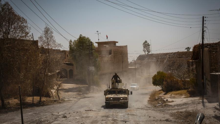 Exército iraquiano anda em rua de Tal Afar, no Iraque - IVOR PRICKETT/NYT