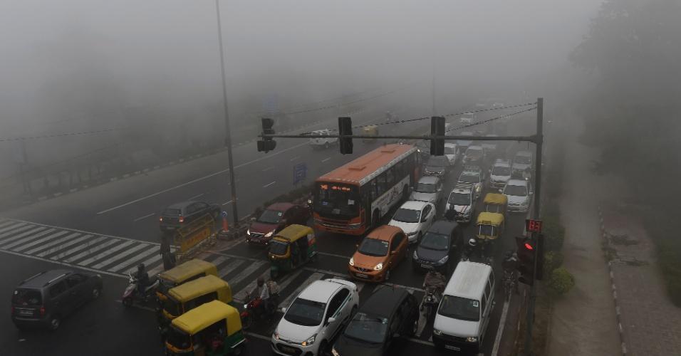 8.nov.2017 - Avenida de Nova Déli fica coberta por névoa de ar poluído. O nível de poluição na cidade está cerca de 30 vezes superior ao indicado como seguro pela OMS (Organização Mundial da Saúde)