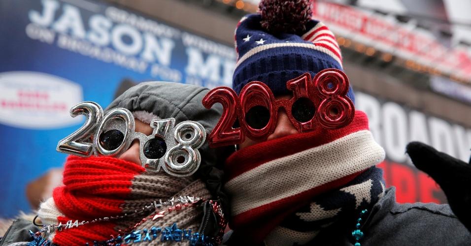 31.dez.2017 - Turistas protegem-se do frio em Times Square, em Nova Iorque, nos Estados Unidos, para esperar a chegada de 2018