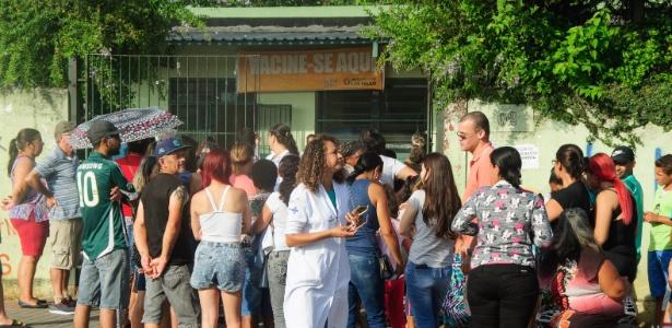 25.jan.2018 - Fila para vacinação contra a febre amarela na UBS Parque Boa Esperança, na zona Leste de São Paulo
