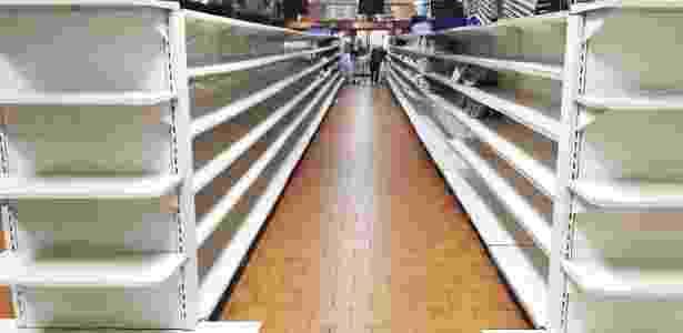 Supermercado em Caracas com as prateleiras vazias - Juan Barreto/ AFP