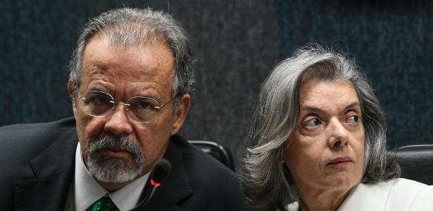 28.fev.2018 - O ministro Raul Jungmann e a presidente do Supremo Tribunal Federal, Carmen Lúcia, durante cerimônia de apresentação do Cadastro Nacional de Presos