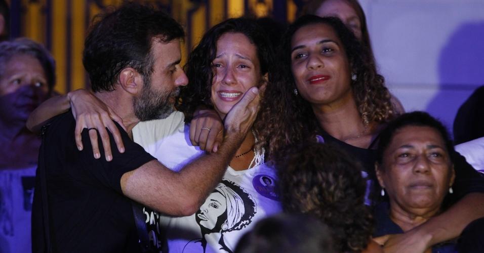 20.mar.2018 - O deputado estadual Marcelo Freixo (PSOL/RJ) abraça familiares de Marielle Franco durante ato na Candelária, no centro do Rio de Janeiro, que marca o sétimo dia da morte da vereadora do PSOL e do seu motorista Anderson Gomes