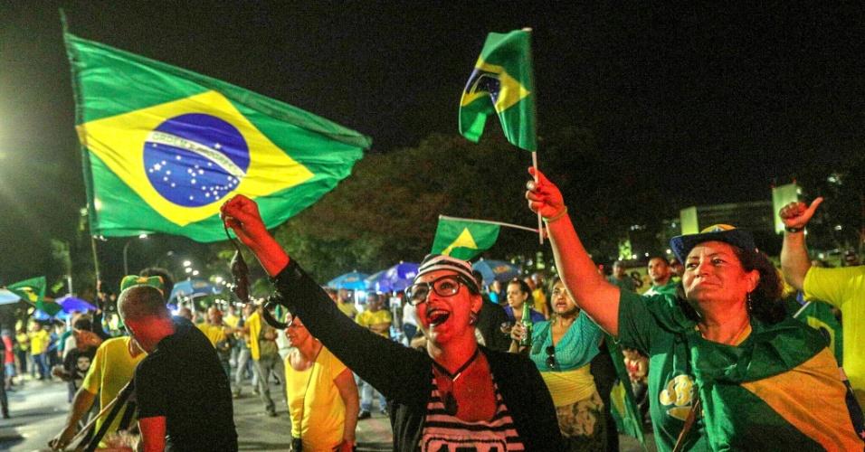 4.abr.2018 - Manifestantes contrários ao ex-presidente Luiz Inácio Lula da Silva reunidos na Esplanada dos Ministérios, em Brasília, durante protesto