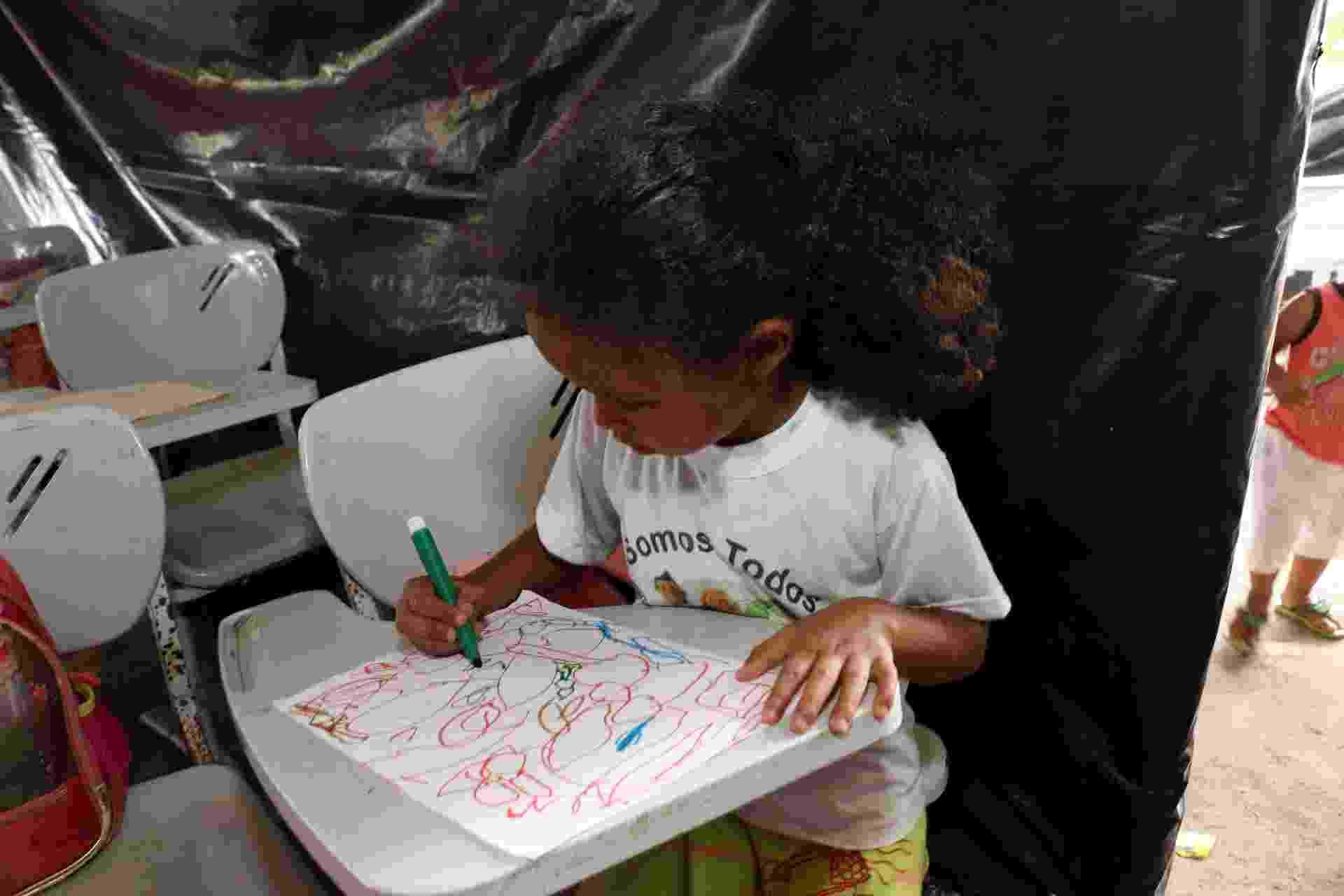 5.abr.2018 - Aluna desenha durante atividade escolar debaixo de lona em Areia, município paraibano que teve mais de uma dezena de escolas fechadas em reestruturação da prefeitura - Francisco França/UOL