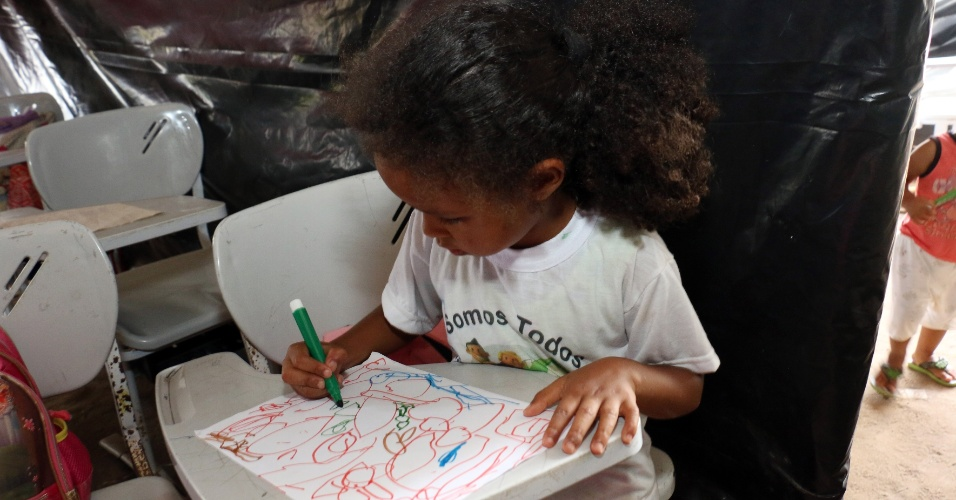 5.abr.2018 - Aluna desenha durante atividade escolar debaixo de lona em Areia, município paraibano que teve mais de uma dezena de escolas fechadas em reestruturação da prefeitura