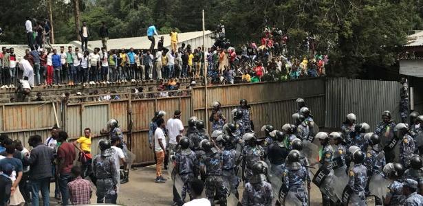 23.jun.2018 - Diante de milhares de pessoas reunidas na praça Meskel, Abiy acabava seu discurso e cumprimentava a multidão quando uma explosão aconteceu, provocando pânico entre as pessoas, constatou um jornalista da AFP no local