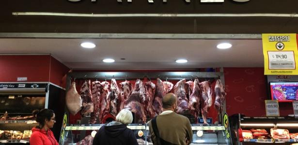 9.set.2018 - Clientes esperam para comprar carne em açougue de Buenos Aires
