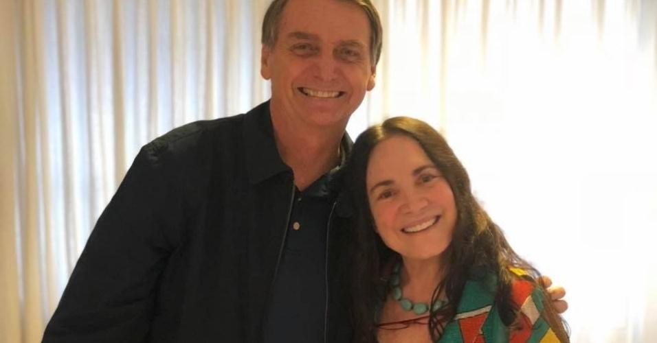 12.out.2018 - A atriz Regina Duarte visita o presidenciável Jair Bolsonaro (PSL), na residência dele, no Rio de Janeiro, neste sábado (12)