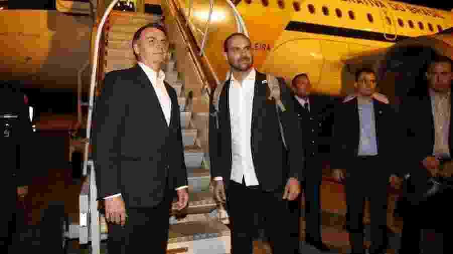 O presidente Jair Bolsonaro e seu filho Eduardo embarcam em avião da Força Aérea para a Suíça - Divulgação
