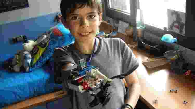 David Aguilar: ele criou uma prótese para seu braço usando peças de Lego - Arquivo Pessoal - Arquivo Pessoal