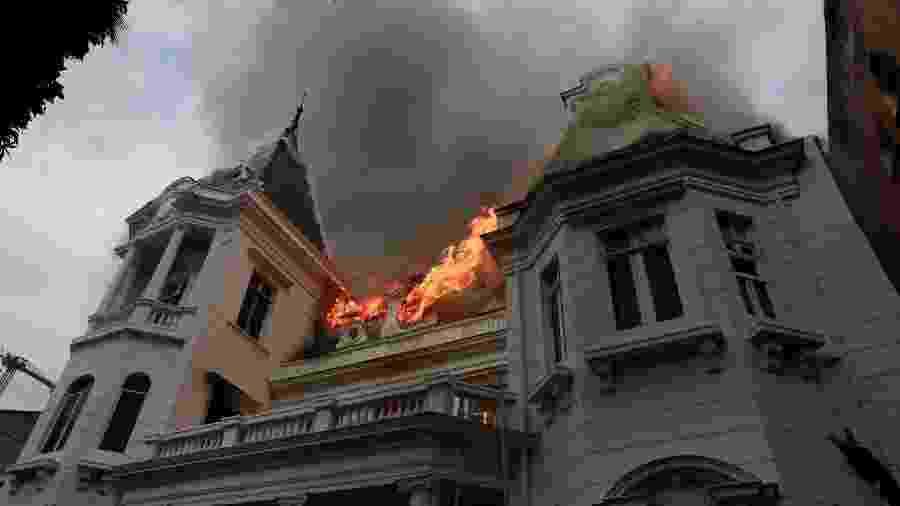 Protestos no Chile terminam com Universidade Pedro de Valdivia, instituição tradicional de Santiago, incendiada - Henry Romero/Reuters