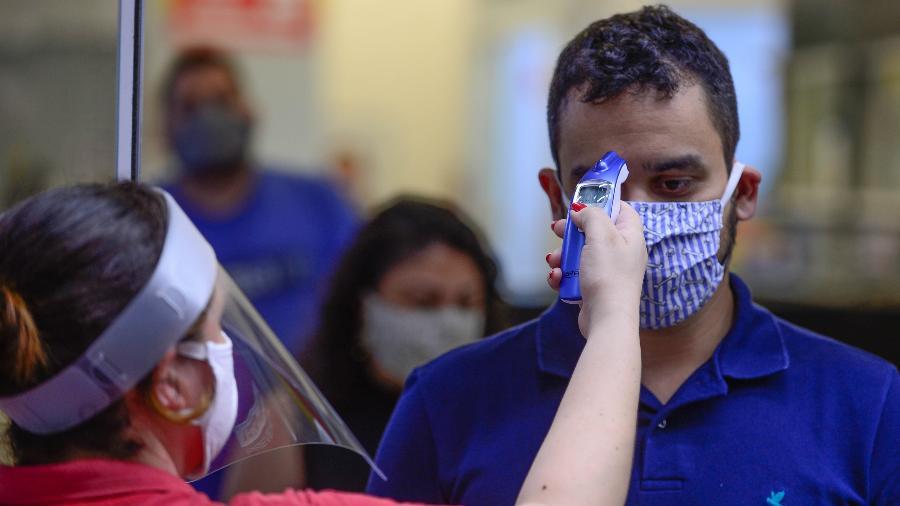 Hotéis e supermercados começam a aferir temperatura das pessoas que entram nos locais em Florianópolis (SC) - EDUARDO VALENTE/FRAMEPHOTO/ESTADÃO CONTEÚDO