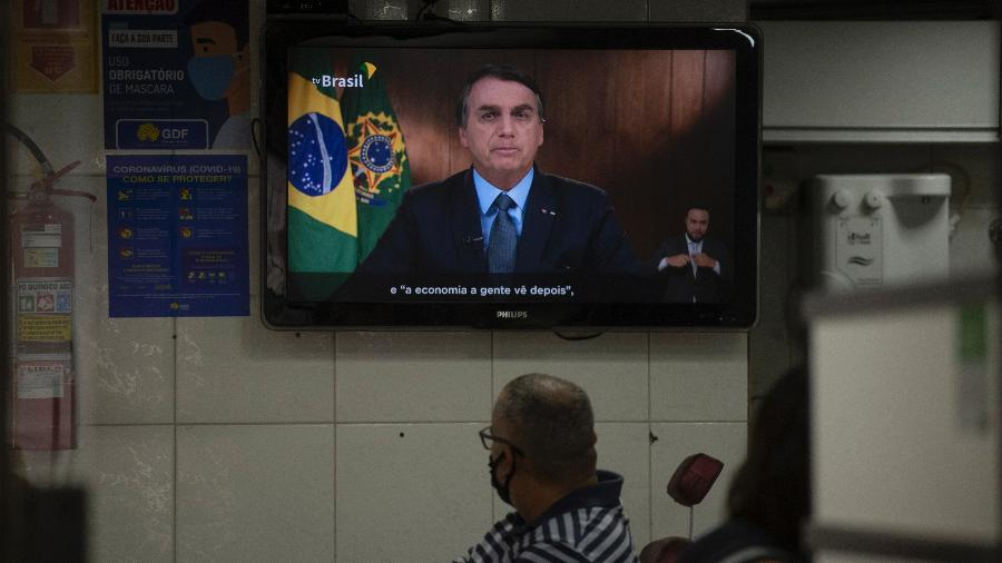 Homem observa Jair Bolsonaro discursando na abertura da 75ª Assembleia Geral da ONU - Mateus Bonomi/Agif/Estadão Conteúdo