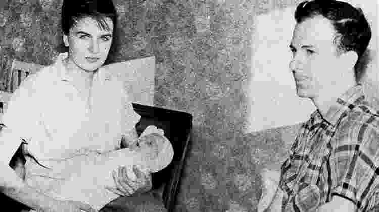 Oswald com a esposa, Marina, e a primeira filha do casal, June Lee, quando moravam em Minsk - Corbis/Getty Images - Corbis/Getty Images