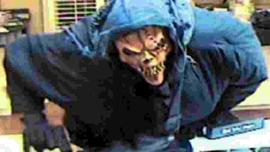 """Ladrão conhecido como """"Bandito muito alto"""" já atacou 16 bancos e uma farmácia  - Reprodução/FBI"""
