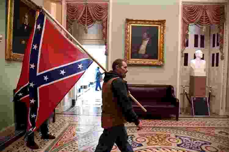 Invasor do Capitólio carrega bandeira dos confederados - REUTERS/Mike Theiler - REUTERS/Mike Theiler