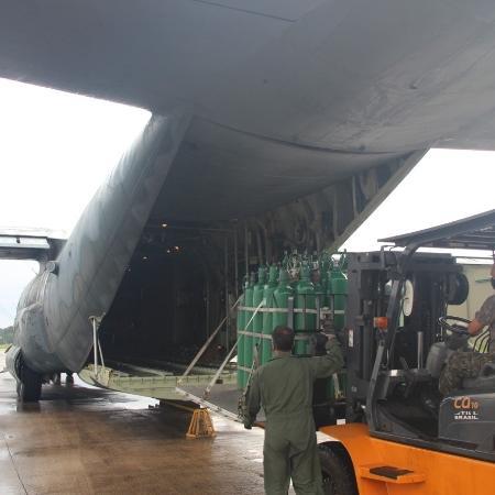 Homens das Forças Armadas carregam avião com cilindros de oxigênio enviados para Manaus - Divulgação/Forças Armadas