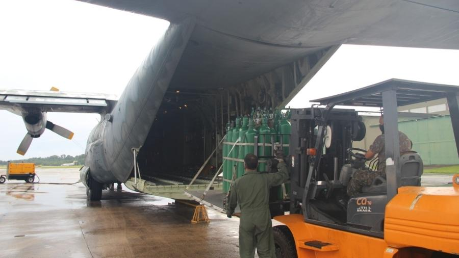 Homens das Forças Armadas carregam avião com cilindros de oxigênio seguirão para Manaus - Divulgação/Forças Armadas