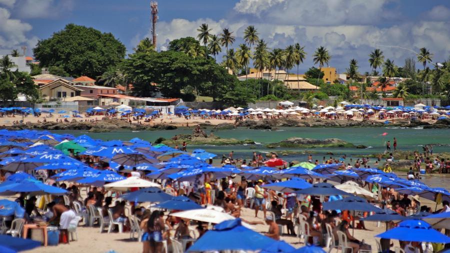 Movimento de banhistas nas praias de Piatã e Itapuã, em Salvador (BA), nesse domingo (14) - SAN JUNIOR/UAI FOTO/ESTADÃO CONTEÚDO