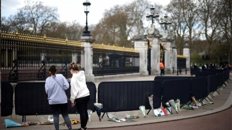 Homenagens a Philip na entrada do Palácio de Buckingham; cerimônia fúnebre será realizada neste sábado - REUTERS
