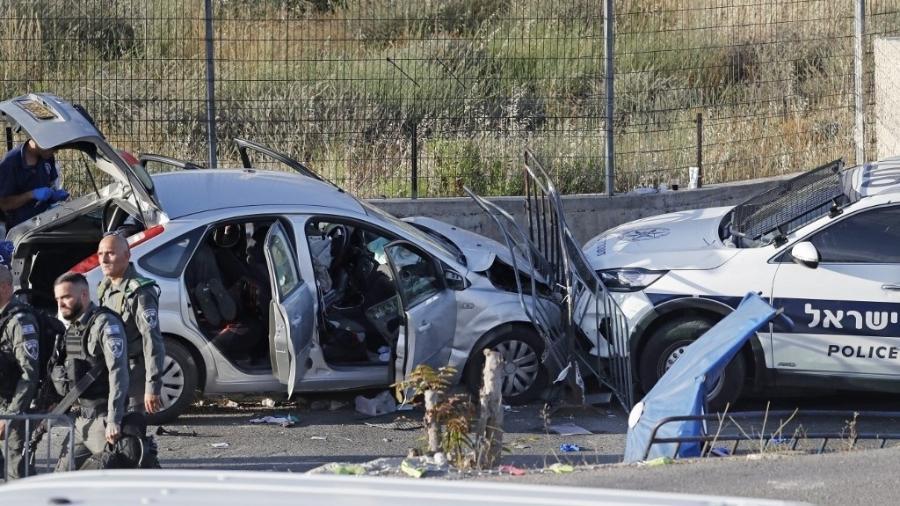 16.mai.2021 - Forças de segurança de Israel inspecionam local em que houve um ataque a carro em Jerusalém - Ahmad Gharabli/AFP