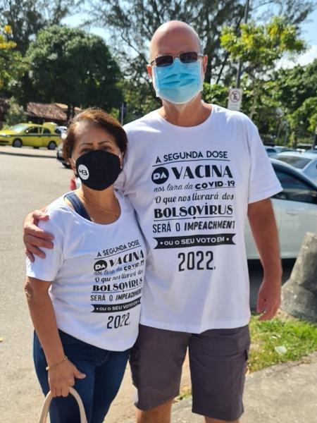 Professor Luiz Oliveira e sua esposa, Dirlene Oliveira, relatam terem sido impedidos de se vacinar em um quartel por usarem camisas contra Bolsonaro - Arquivo pessoal